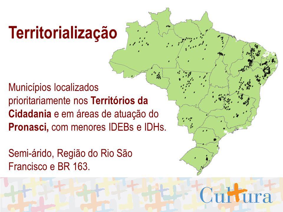 Municípios localizados prioritariamente nos Territórios da Cidadania e em áreas de atuação do Pronasci, com menores IDEBs e IDHs.