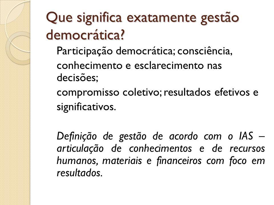 Que significa exatamente gestão democrática? Participação democrática; consciência, conhecimento e esclarecimento nas decisões; compromisso coletivo;