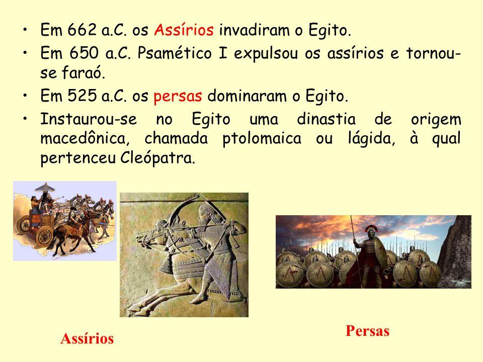 Em 662 a.C. os Assírios invadiram o Egito. Em 650 a.C. Psamético I expulsou os assírios e tornou- se faraó. Em 525 a.C. os persas dominaram o Egito. I
