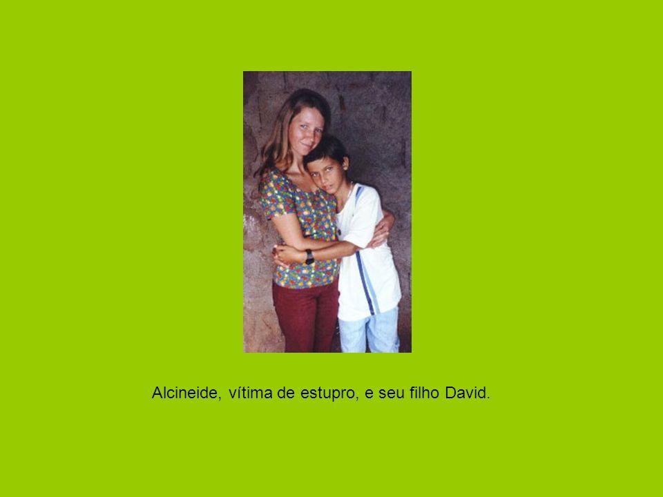 Alcineide, vítima de estupro, e seu filho David.