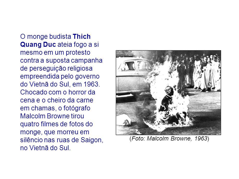 O monge budista Thich Quang Duc ateia fogo a si mesmo em um protesto contra a suposta campanha de perseguição religiosa empreendida pelo governo do Vi