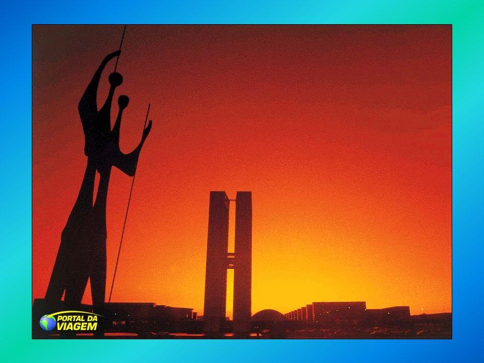História A REPÚBLICA LIBERAL POPULISTA: A REPÚBLICA LIBERAL POPULISTA: Jânio Quadros – PTN (1961) Jânio Quadros – PTN (1961) Eleito com o apoio da UDN: Jânio Quadros é a UDN de porre!; Teve como símbolo de campanha a vassoura, que varreria a corrupção do país; Medidas de caráter liberal: adoção do câmbio flutuante, acordos com o FMI, controle de gastos do governo Manteve uma política externa independente: reatou relações diplomáticas com a URSS e China Popular.