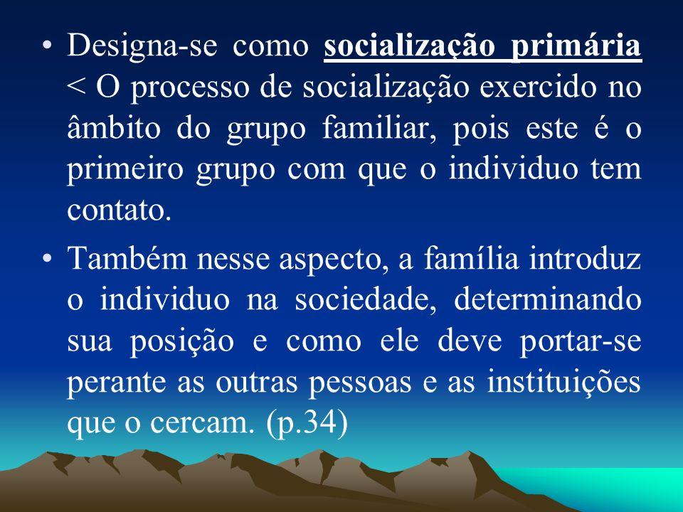Designa-se como socialização primária < O processo de socialização exercido no âmbito do grupo familiar, pois este é o primeiro grupo com que o indivi