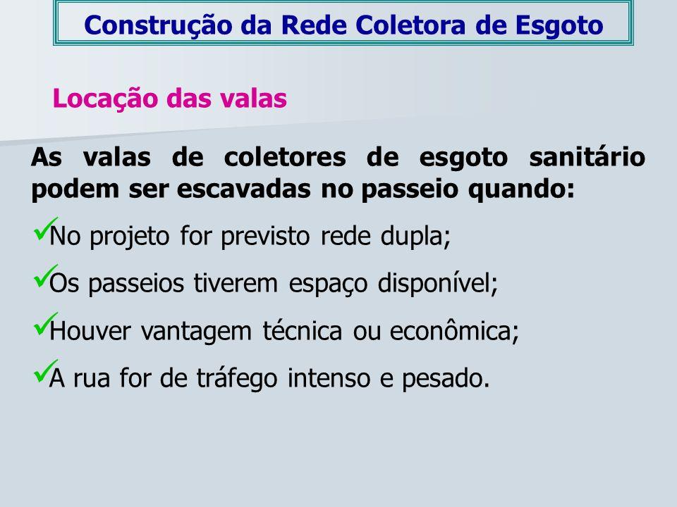 Construção da Rede Coletora de Esgoto Locação das valas As valas de coletores de esgoto sanitário podem ser escavadas no passeio quando: No projeto fo