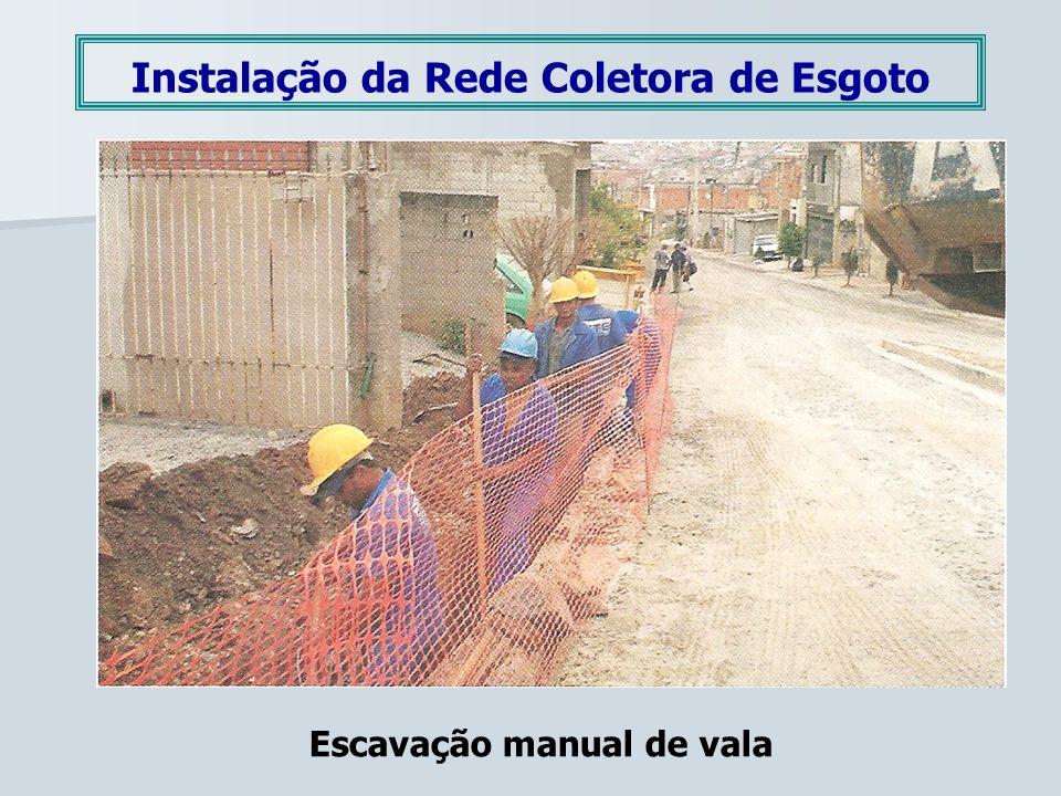 Instalação da Rede Coletora de Esgoto Escavação manual de vala