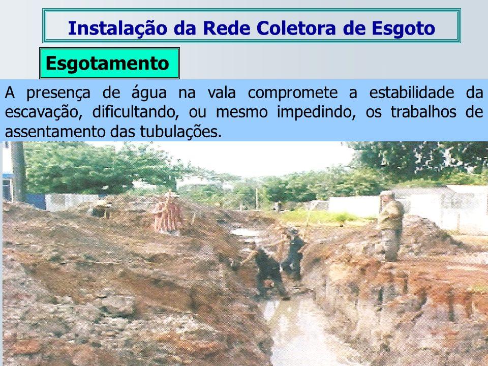 Esgotamento A presença de água na vala compromete a estabilidade da escavação, dificultando, ou mesmo impedindo, os trabalhos de assentamento das tubu