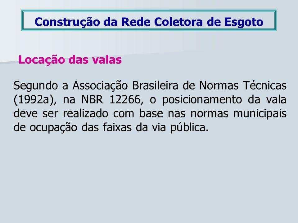Construção da Rede Coletora de Esgoto Locação das valas Segundo a Associação Brasileira de Normas Técnicas (1992a), na NBR 12266, o posicionamento da