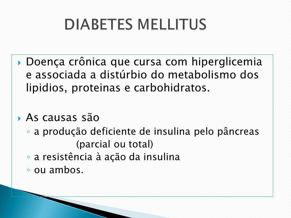 Doença crônica que cursa com hiperglicemia e associada a distúrbio do metabolismo dos lipidios, proteinas e carbohidratos. As causas são a produção de