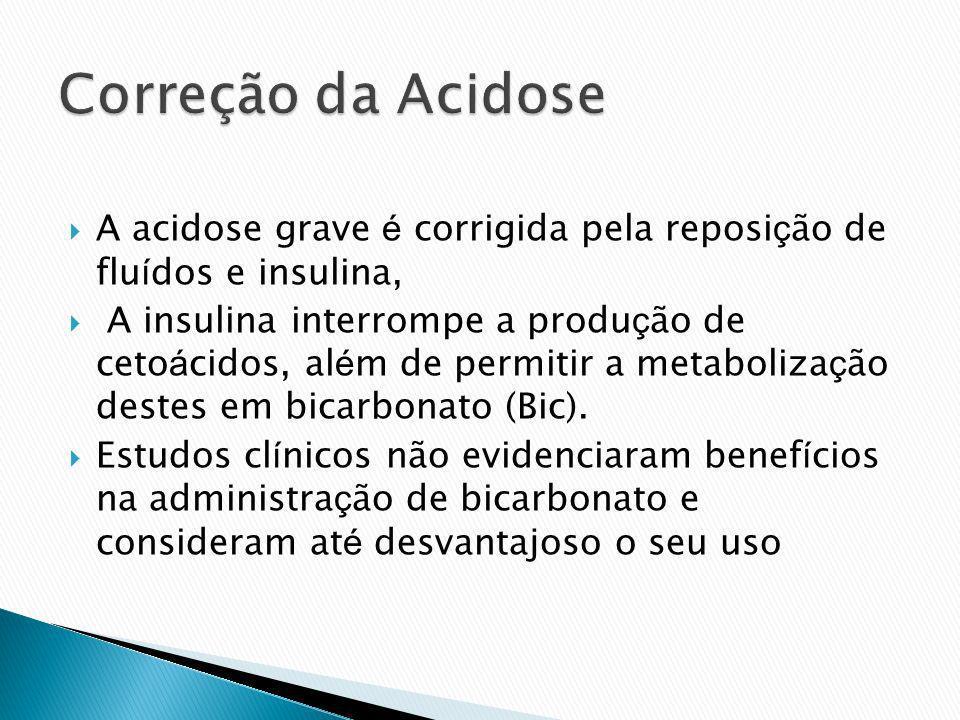 A acidose grave é corrigida pela reposi ç ão de flu í dos e insulina, A insulina interrompe a produ ç ão de ceto á cidos, al é m de permitir a metabol