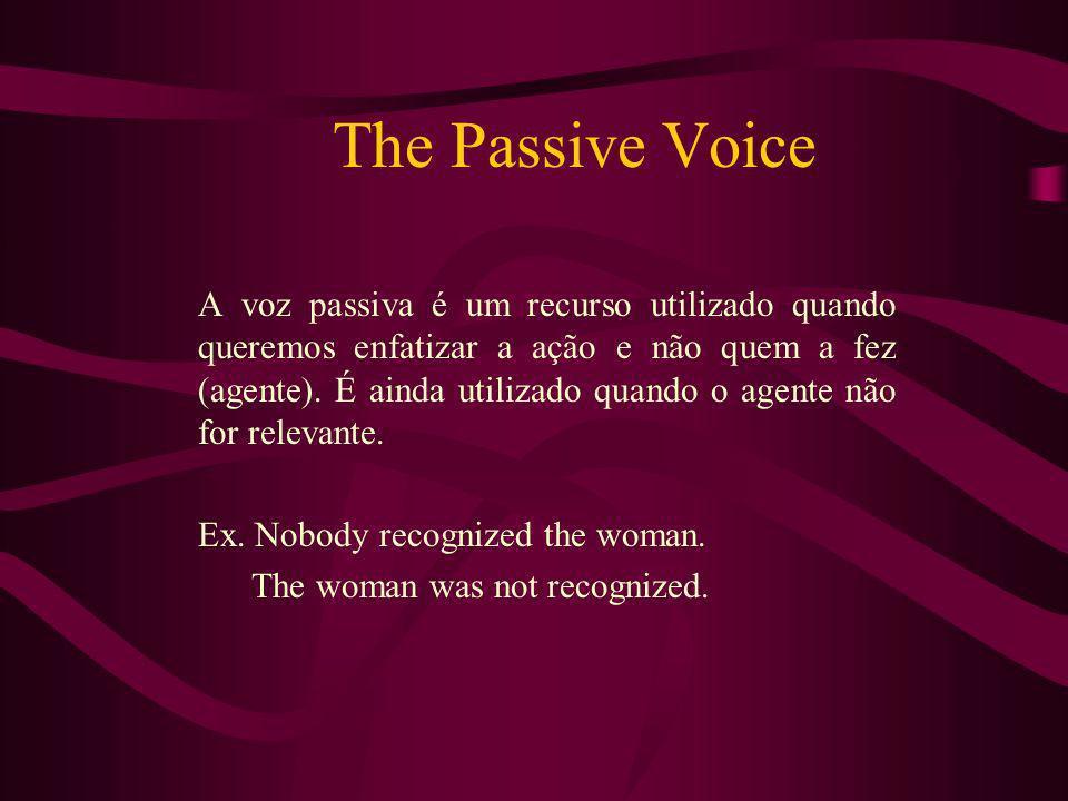 The Passive Voice A voz passiva é um recurso utilizado quando queremos enfatizar a ação e não quem a fez (agente). É ainda utilizado quando o agente n
