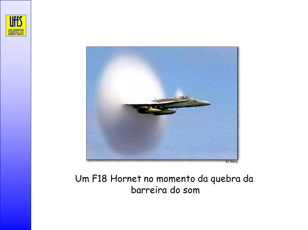 Um F18 Hornet no momento da quebra da barreira do som