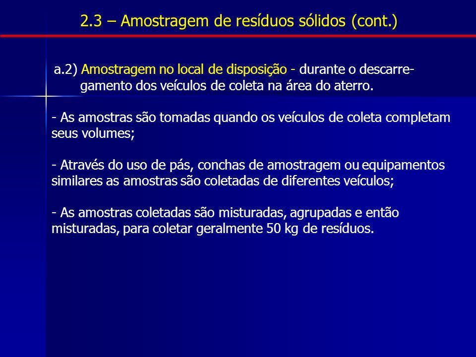 a.2) Amostragem no local de disposição - durante o descarre- gamento dos veículos de coleta na área do aterro. - As amostras são tomadas quando os veí