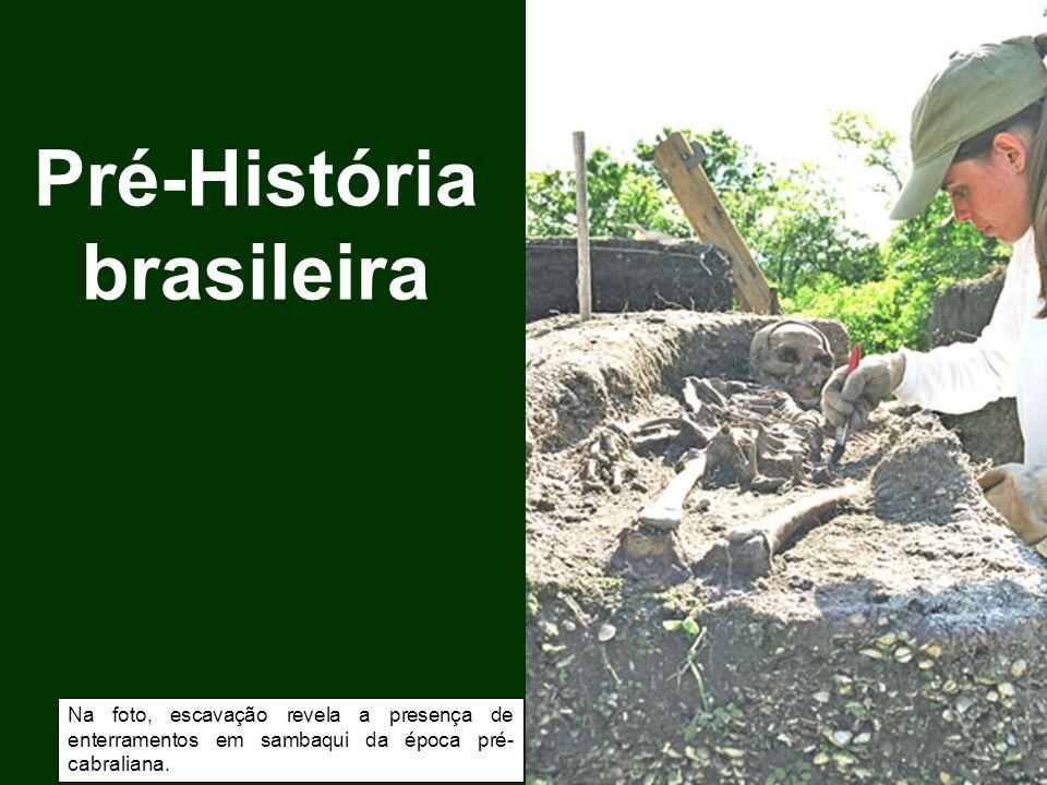 Pré-História brasileira Na foto, escavação revela a presença de enterramentos em sambaqui da época pré- cabraliana.