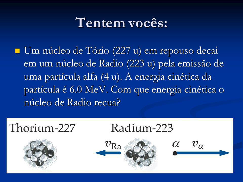 Tentem vocês: Um núcleo de Tório (227 u) em repouso decai em um núcleo de Radio (223 u) pela emissão de uma partícula alfa (4 u).