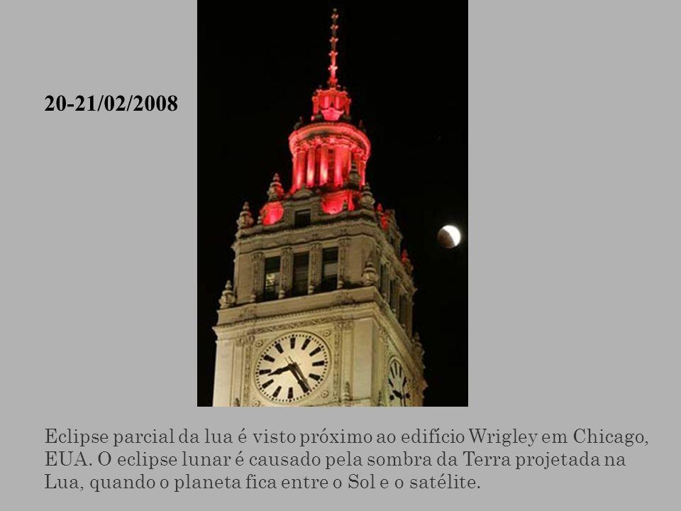Eclipse parcial da lua é visto próximo ao edifício Wrigley em Chicago, EUA. O eclipse lunar é causado pela sombra da Terra projetada na Lua, quando o
