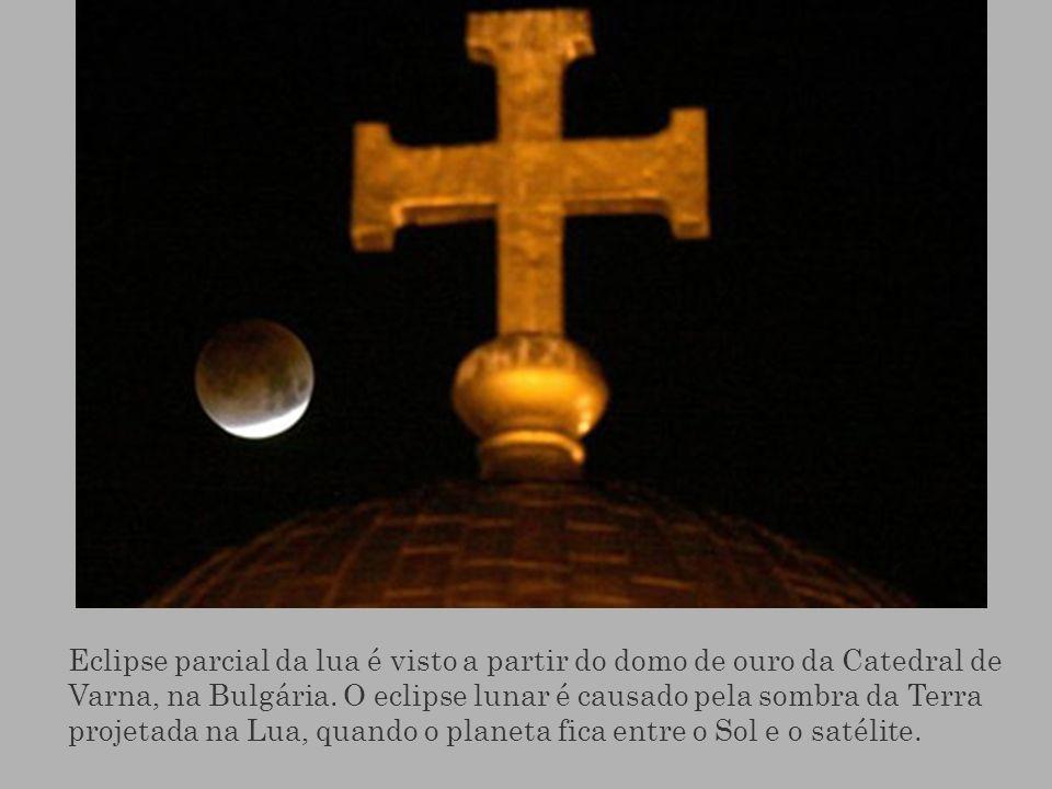 Eclipse parcial da lua é visto a partir do domo de ouro da Catedral de Varna, na Bulgária. O eclipse lunar é causado pela sombra da Terra projetada na