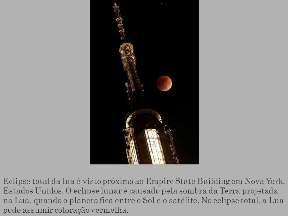 Eclipse total da lua é visto próximo ao Empire State Building em Nova York, Estados Unidos. O eclipse lunar é causado pela sombra da Terra projetada n