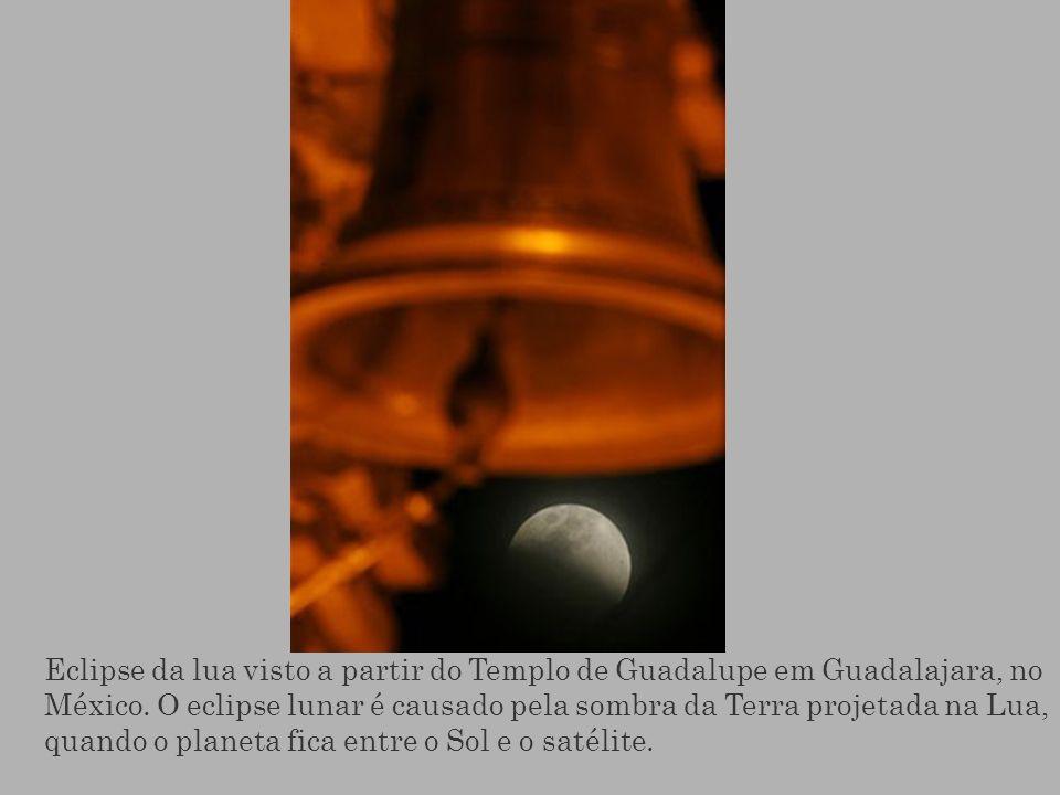 Eclipse da lua visto a partir do Templo de Guadalupe em Guadalajara, no México. O eclipse lunar é causado pela sombra da Terra projetada na Lua, quand