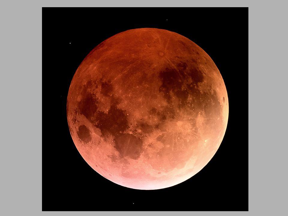 Eclipse parcial da lua é visto próximo ao edifício Wrigley em Chicago, EUA.
