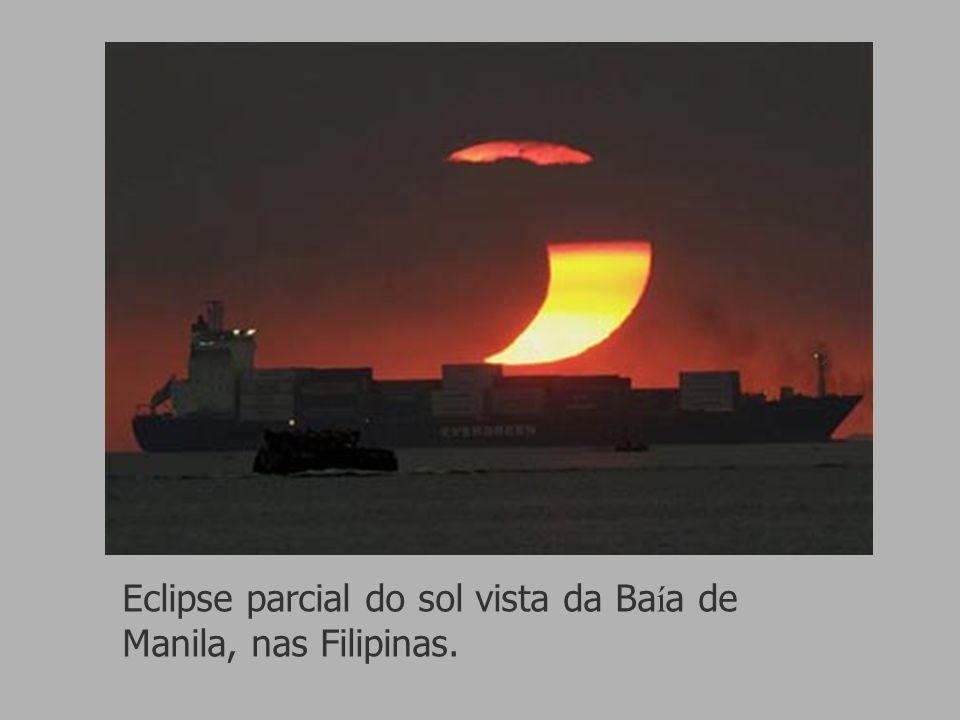 Eclipse parcial do sol vista da Ba í a de Manila, nas Filipinas.
