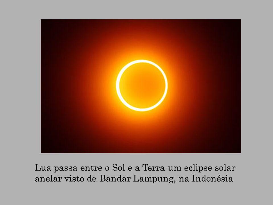 Lua passa entre o Sol e a Terra um eclipse solar anelar visto de Bandar Lampung, na Indonésia