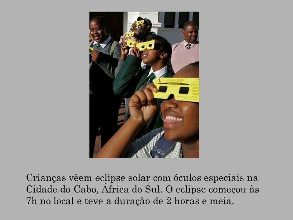 Crianças vêem eclipse solar com óculos especiais na Cidade do Cabo, África do Sul. O eclipse começou às 7h no local e teve a duração de 2 horas e meia