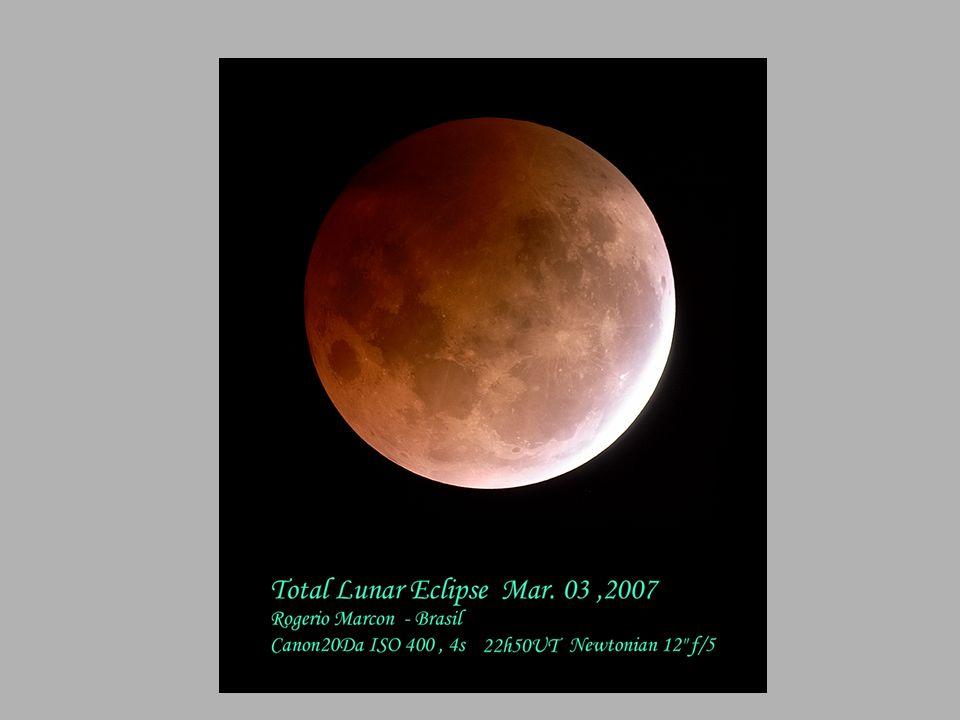 Eclipse total da lua é visto próximo ao Empire State Building em Nova York, Estados Unidos.
