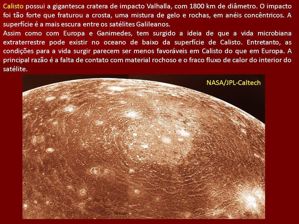 Calisto possui a gigantesca cratera de impacto Valhalla, com 1800 km de diâmetro. O impacto foi tão forte que fraturou a crosta, uma mistura de gelo e
