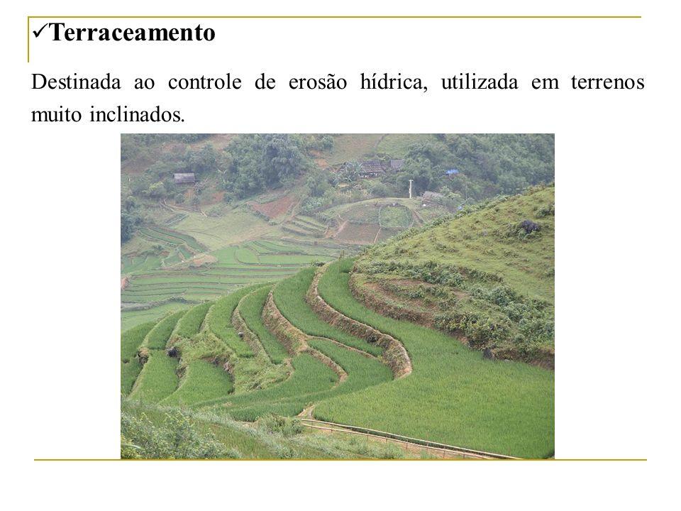 Terraceamento Destinada ao controle de erosão hídrica, utilizada em terrenos muito inclinados.