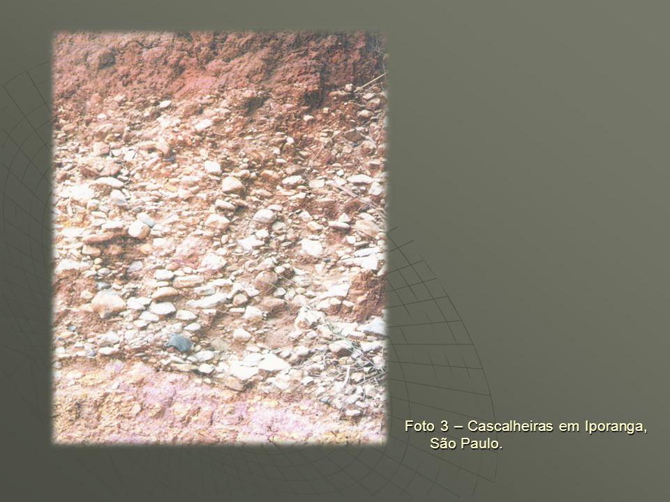 EVIDÊNCIAS Andrade (1998) na região de Garanhuns (PE), alçada a mais de 750 m, informa que dispersam-se inúmeros rios e em função da umidade constante