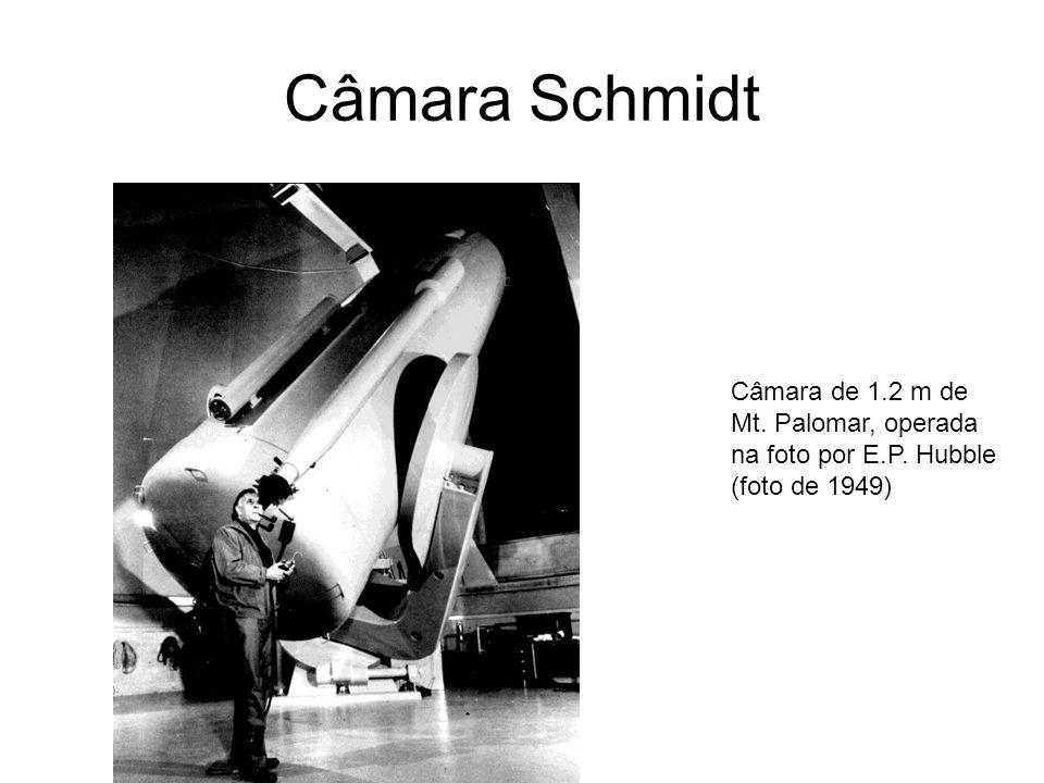 Câmara Schmidt Câmara de 1.2 m de Mt. Palomar, operada na foto por E.P. Hubble (foto de 1949)