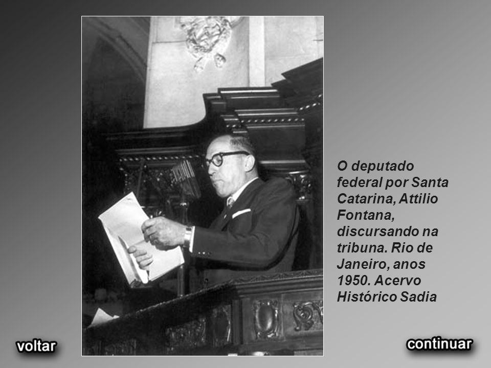 O deputado federal por Santa Catarina, Attilio Fontana, discursando na tribuna. Rio de Janeiro, anos 1950. Acervo Histórico Sadia