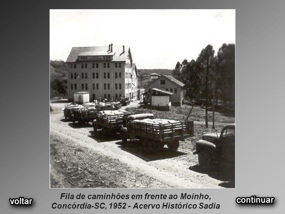 Fila de caminhões em frente ao Moinho, Concórdia-SC, 1952 - Acervo Histórico Sadia
