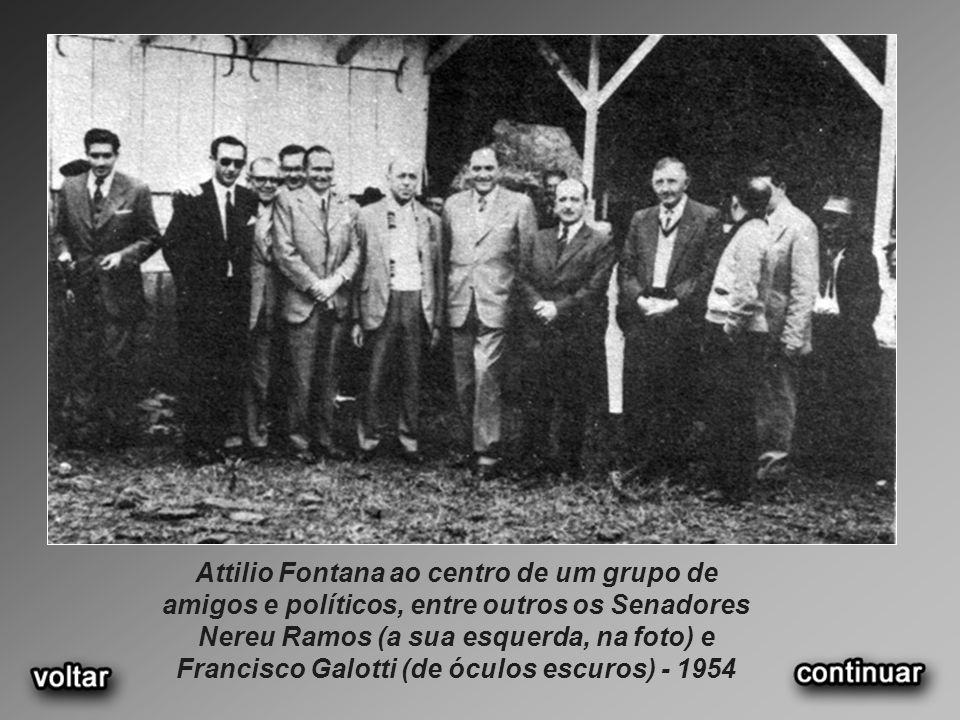 Attilio Fontana ao centro de um grupo de amigos e políticos, entre outros os Senadores Nereu Ramos (a sua esquerda, na foto) e Francisco Galotti (de ó