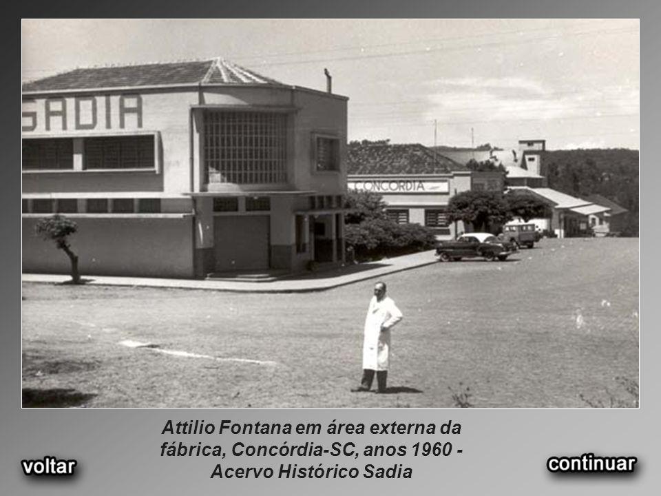 Attilio Fontana em área externa da fábrica, Concórdia-SC, anos 1960 - Acervo Histórico Sadia