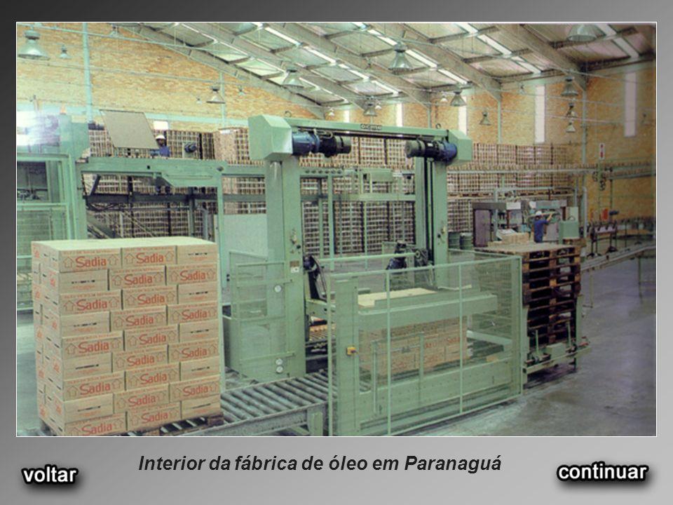Interior da fábrica de óleo em Paranaguá