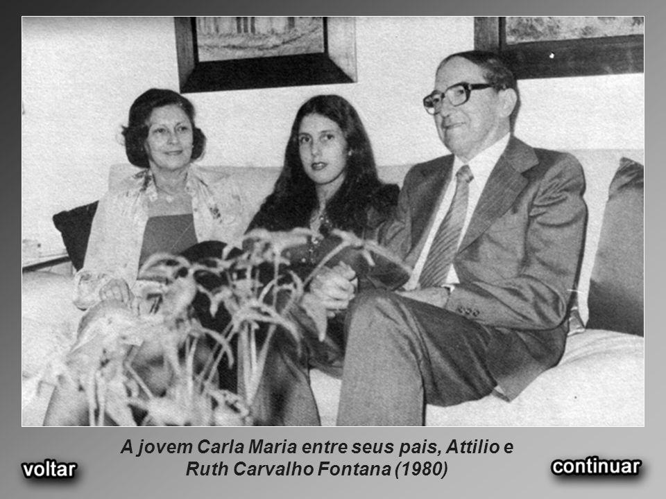 A jovem Carla Maria entre seus pais, Attilio e Ruth Carvalho Fontana (1980)