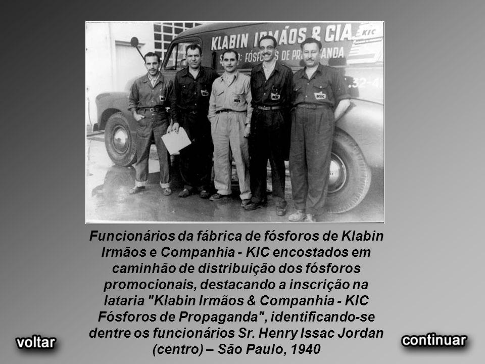 Funcionários da fábrica de fósforos de Klabin Irmãos e Companhia - KIC encostados em caminhão de distribuição dos fósforos promocionais, destacando a