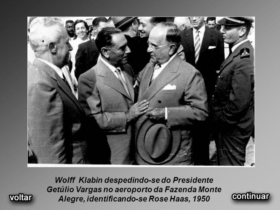 Wolff Klabin despedindo-se do Presidente Getúlio Vargas no aeroporto da Fazenda Monte Alegre, identificando-se Rose Haas, 1950