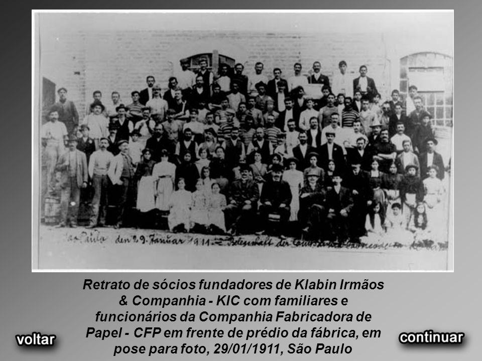 Retrato de sócios fundadores de Klabin Irmãos & Companhia - KIC com familiares e funcionários da Companhia Fabricadora de Papel - CFP em frente de pré