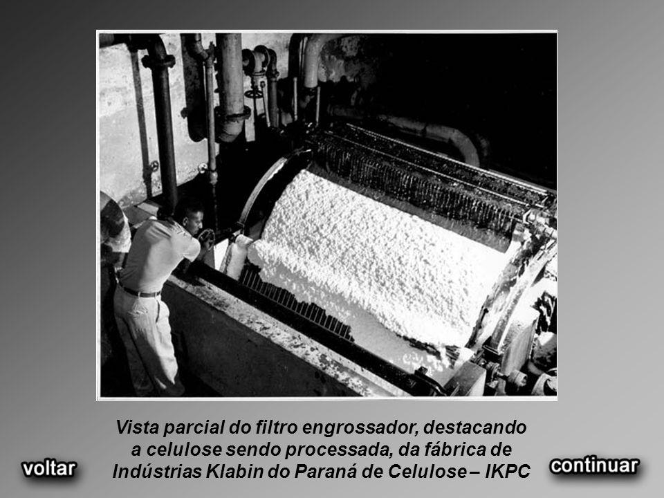 Vista panorâmica da fábrica IKPC e bonde aéreo utilizado para transporte de funcionários, década de 1950