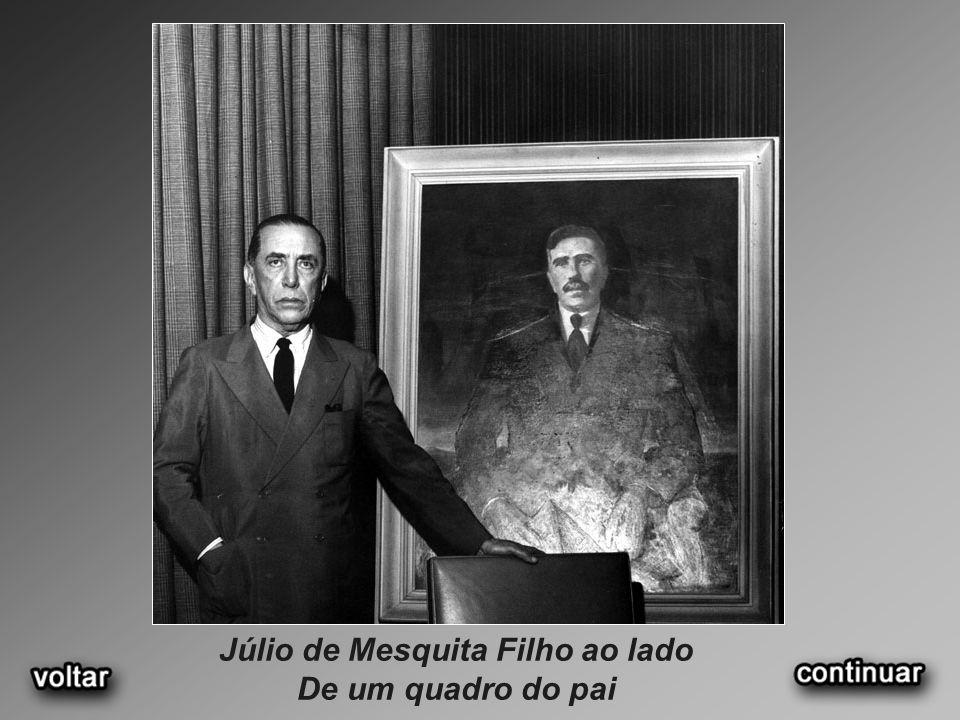 Júlio de Mesquita Filho ao lado De um quadro do pai