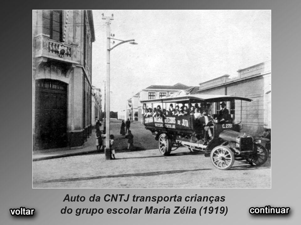 Auto da CNTJ transporta crianças do grupo escolar Maria Zélia (1919)