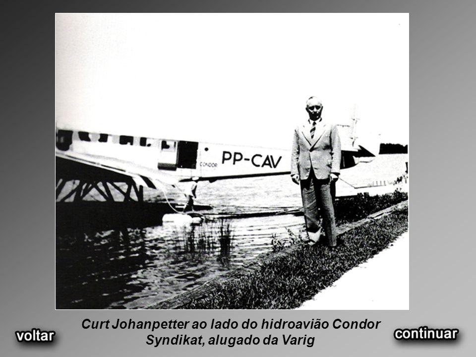 Curt Johanpetter ao lado do hidroavião Condor Syndikat, alugado da Varig