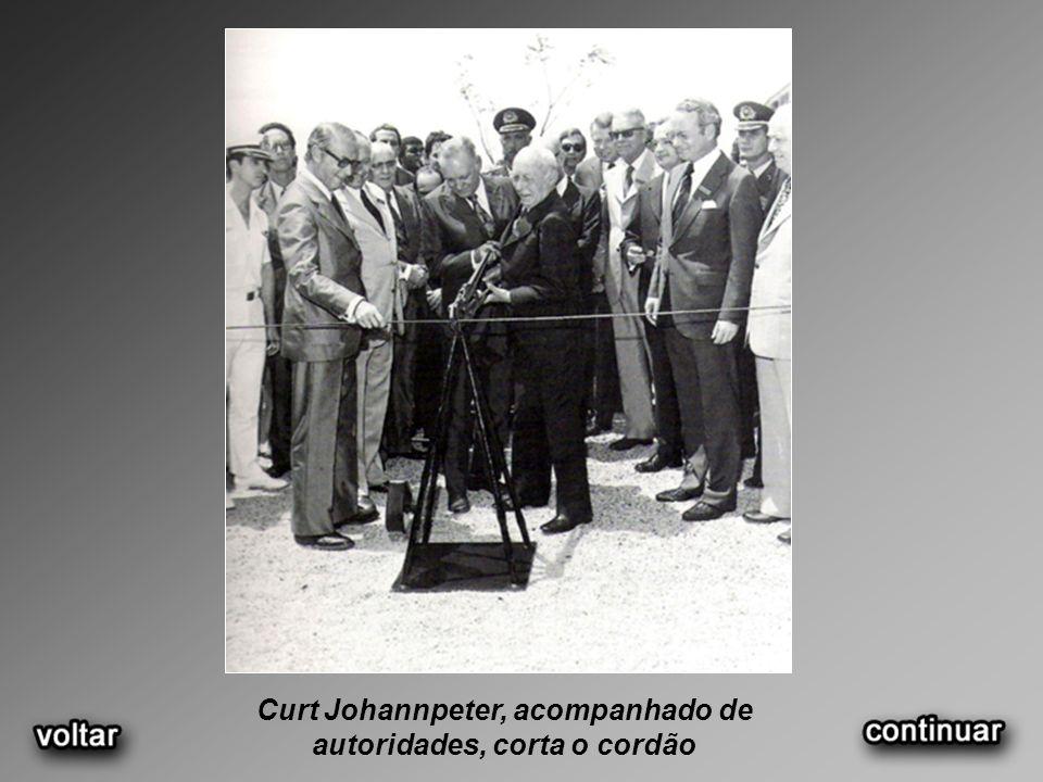 Curt Johannpeter, acompanhado de autoridades, corta o cordão