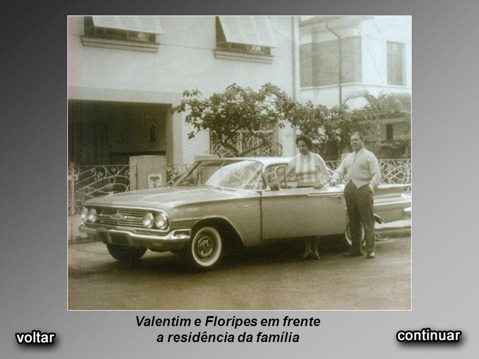 Valentim e Floripes em frente a residência da família