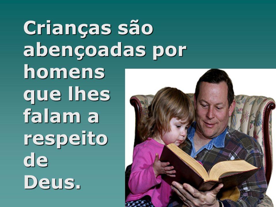 Crianças são abençoadas por homens que lhes falam a respeito de Deus.