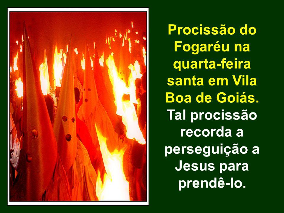 Procissão do Fogaréu na quarta-feira santa em Vila Boa de Goiás. Tal procissão recorda a perseguição a Jesus para prendê-lo.
