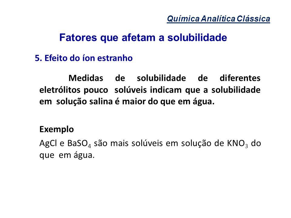Química Analítica Clássica Fatores que afetam a solubilidade 5. Efeito do íon estranho Medidas de solubilidade de diferentes eletrólitos pouco solúvei
