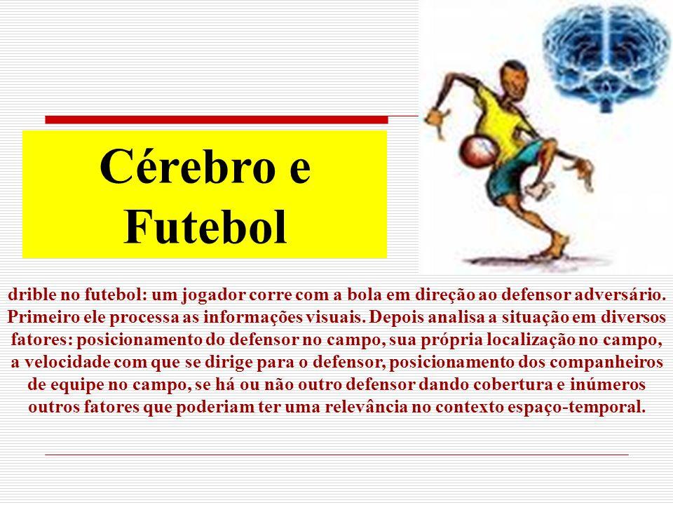 drible no futebol: um jogador corre com a bola em direção ao defensor adversário.